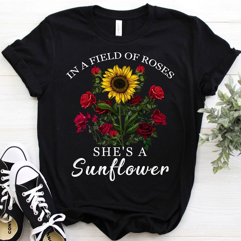 In A Field Of Roses She Is A Sunflower  T-shirt Black C2