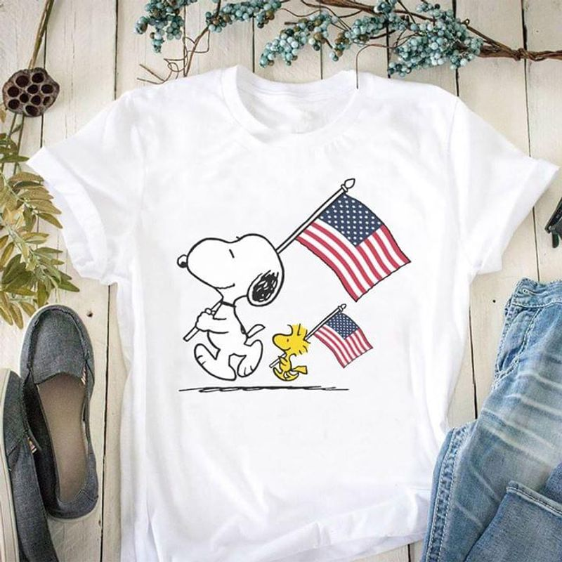 Snoopy And Woodstock Peanuts Movies Drawn American Flag Gift For Independence Day 4th Of July T Shirt White S-6XL Men And Women Clothing